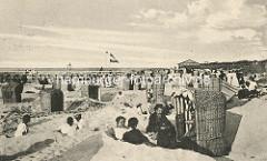 Historische Aufnahme vom Badeort, Ostseebad Zingst - Sandburgen mit Strandkörben, Badegäste am Strand.