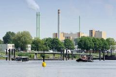 Verkehr in der Billwerder Bucht - links der Hamburger HafenCity RiverBus auf seiner Sightseeing-Tour - re. eine Barkasse, im Hintergrund die Industriearchitektur mit Schornsteinen der Müllverwertungsanlage Borsigstraße MVA.