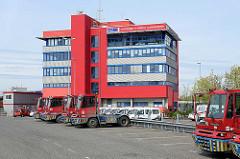 Verwaltungsgebäude der HHLA - Container Terminal Altenwerder; Sattelschlepper für den Containertransport auf dem Terminalgelände.