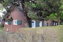 Ferienhaussiedlung / Wochenendhäuser mit Holzfassade und grünen Fensterluken in Zingst, Mecklenburg-Vorpommern.