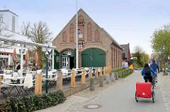 Alte Seenotrettungsstation in Zingst / Ostsee - historisches Backsteingebäude unter Denkmalschutz stehend, jetzt Café / Restaurant.