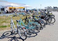 Fahrradparkplatz vor einem Restaurant / Imbiss im Hafen von Vite - Hiddensee, Mecklenburg Vorpommern.