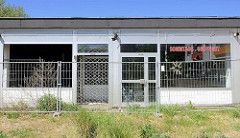 Leerstehende Geschäfte - Sonntags geöffnet; Gitter Absperrung / Bauzaun bei der Korrallusstraße in Hamburg Wilhelmsburg.