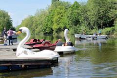 Bootsverleih am Ernst August Kanal in Hamburg Wilhelmsburg; Schwan als Tretboot.