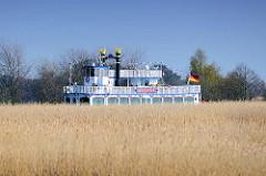 Mississippi-Schaufelraddampfer Baltic Star in Fahrt im Prerower Strom Richtung Ostseebad Prerow.