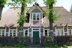 Historisches Reetdachgebäude Auf der Höhe in Hamburg Wilhelmsburg; unter Denkmalschutz stehende Kate von 1756.