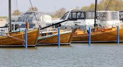 Marina im Osthafen von Barth - Zeesboot Anna und weitere historische Holzboote, dahinter Motorboote / Kajütboote.