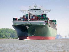 Das 368 m lange Containerschiff Thalassa Axia läuft aus dem Hamburger Hafen aus; der Containerfrachter wurde 2014 gebaut und kann 13 808 TEU Standardcontainer transportieren.