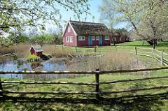 Feriensiedlung Kirr und Kranichhof auf der Insel Kirr im Barther Bodden bei Zingst. Die Vogelschutzinsel Kirr ist eine Salzgrasinsel mit einer Länge von ca. 3,5 km und einer maximalen Breite von 1,5 km mit weitverzweigten Prielen. Durch den Naturs
