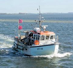 Der Fischkutter VIT 44 fährt in den Hafen von Vitte, Insel Hiddensee ein.
