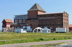Speichergebäude mit Bandbrücke am Hafen / Osthafen von Barth; Industriedenkmal, das zum Apartmenthaus umgebaut werden soll.