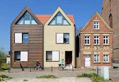 Historisches Ziegelgebäude -  Wohnhaus bei der St. Marien Kirche in der Dammstraße von Barth; Neubauten, moderne Architektur mit Putzfassade / Metallfassade - Architektur Alt + Neu.