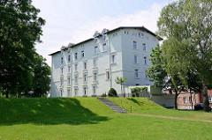 Neubaugebiet auf der Schlossinsel in Hamburg Harburg - Grünanlage um das Harburger Schloss. Das Harburger Schloss auf der Schlossinsel im Harburger Binnenhafen ist das älteste bauliche Zeugnis von Hamburg Harburg und Entstehungskern der Siedlung Harb