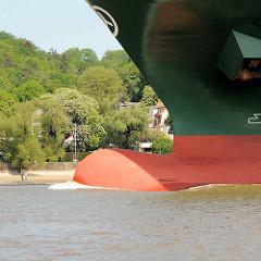 Wulstbug vom Containerfrachter Thalassa Axia auf der Elbe vor Hamburg Blankenese; der Containerfrachter wurde 2014 gebaut und kann 13 808 TEU Standardcontainer transportieren.