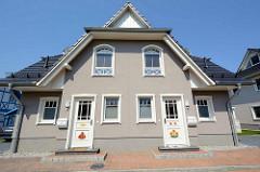 Doppelhaus mit farbigen Schnitzereien - im Ostseebad Zingst, Mecklenburg-Vorpommern.