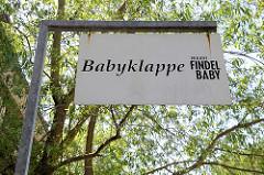 Schild Babyklapppe, Aktion Findel Baby in der Schönenfelder Straße in Hamburg Wilhelmsburg.