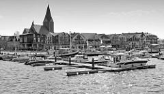 Blick auf den Stadthafen von Barth am Barther Bodden - Hafenpromenade, Kirchturm und Kirchenschiff der backsteingotischen Sankt Marien Kirche.