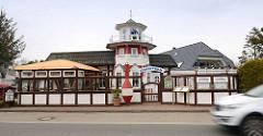 Maritimes Lokal / Restaurant mit Leuchtturm und Seebären, Pfeife rauchend - rote Fahrwassertonne / Schifffahrtszeichen.