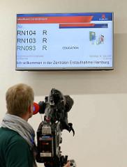Flachbildschirme mit Aufruf der Wartenummern - neues Ankuftszentrum für Flüchtlinge in Hamburg Rahlstedt / Meiendorf - Zentrale Erstaufnahme ZEA am Bargkoppelweg.