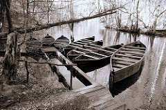 Masuren / Polen - Holzboote, Holzkahn am Anleger Fluß Krutynia; Schwarz-Weiß-Fotografie
