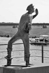 Lauenburger Rufer am Elbufer / Dampferanlegeplatz in Lauenburg - Symbol dar für die über 700-jährige Tradition der Elbschifffahrt - Bronzefigur; Bildhauer und Plastiker Karl-Heinz Goedtke,  1959