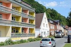 Architektur in Mölln / Lauenburg - Wohnhaus mit unterschiedlich gestrichenen Balkons; Einzelhaus mit Satteldach, Strassenverkehr an der Schmilauer Straße / Uferstraße vom Schulsee.