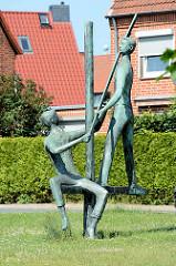 Bronzeskulptur, Handwerker am Bau in Mölln; Karlheinz Goedtke - 1963.