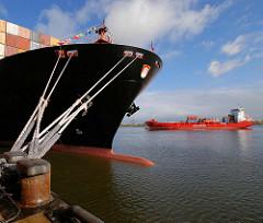 Mit dicken Tampen ist das Containerschiff an dem Poller am Kai des Containerterminals Altenwerder im Hamburger Hafen fest gemacht. Im Hintergrund wartet ein Containerfeeder auf seinen Liegeplatz.
