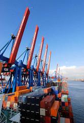 Das Containerschiff am Containerterminal Altenwerder  ist fertig beladen - hoch stapeln sich die Container an Deck des Frachters; die Containerbrücken sind hoch geklappt. Im Hintergrund die Köhlbrandbrücke.