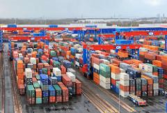 Blick über das Hamburger Containerterminal Altenwerder. Die gestapelten Container warten im Containerlager auf ihren Transport.