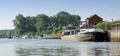 Hafen von Bleckede an der Elbe; das Binnenschiff IDEAL liegt am Kai - im Hintergrund die Marina / Sportboothafen mit Motorbooten.