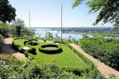 Terrassengärten / Fürstengarten - Askanierblick vom Schlossberg auf die Elbe.
