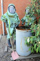 Puppen / Figuren im Schutzanzug mit Helm; Technik und Umweltschutzwache in Hamburg Wilhelmsburg.