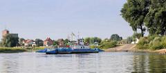 Fährverbindung über die Elbe bei Bleckede; die Elbfähre Amt Neuhaus transportiert Fussgänger, Fahrräder und PKW / LKW: