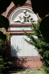 Gedenktafel für die Toten des I. Weltkriegs von Bleckede und Nachbarorten an der Fassade der St. Jacobikirche in Bleckede. Inschrift: Daran haben wir erkannt die Liebe, daß er sein Leben für uns gelassen hat; und wir sollen auch das Leben für die Brü