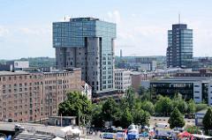 Blick über den Kanalplatz im Binnenhafen von Hamburg Harburg zu den Gebäuden am Westlichen Bahnhofskanal.