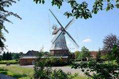 Holländer Windmühle Artlenburg - abgebrannt 1889 durch die bei einem Sturm 1889 heißgelaufenen Bremsen - Neubau, seit 1954 elektrisch betrieben.