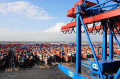 Blick über das Gelände vom Containerterminal Altenwerder CTA im Hamburger Hafen; die Container sind dicht an dicht gestapelt - re. der Ausschnitt einer Containerbrücke, die am Kai des Terminals steht.