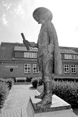 Skulptur Fritz von dem Berge vor dem Rathaus in Bleckede -  Amtmann der Stadt von 1593 - 1623,