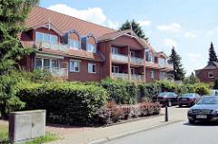 Einstöckiges Wohngebäude mit ausgebautem Dach - Balkons; Architektur in Wentorf bei Hamburg.