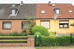 Siedlungshäuser - Doppelhäuser der 1950er Jahre, schmale Vorgärten - unterschiedliche Zäune und Fassadengestaltung, Birkenweg in Barsbüttel.