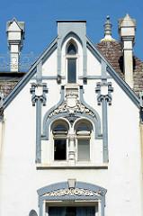 Fensterdekor - Fassade Jugendstilvilla an der Buxtehuder Straße im Hamburger Stadtteil Heimfeld, Bezirk Harburg.