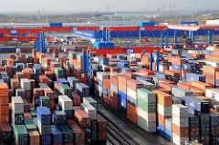 Blick über das Hamburger Containerterminal Altenwerder. Die gestapelten Container warten im Containerlager auf ihren Weitertransport.