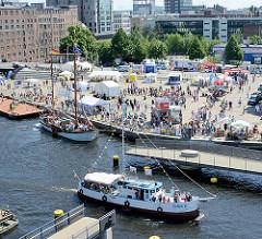Luftaufnahme vom Binnenhafen in Hamburg Harburg - Blick auf den Kanalplatz und die Gebäude am Westlichen Bahnhofskanal. Die Fussgänger Drehbrücke über den Lotsekanal ist geöffnet, der Kutter Omka passiert die Durchfahrt.