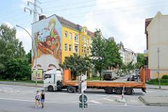 Lastwagen / Tieflader, Strassenverkehr in Hamburg Wilhelmsburg - Wohnhäuser.