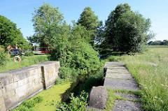 """Dückerschleuse bei Witzeeze; die alte Schleuse ist die einzige erhaltene Stauschleuse am Stecknitzkanal. Die Dückerschleuse wurde 1398 als """"Kronschleuse"""" in Betrieb genommen, um die Schifffahrt auf der Delvenau als Teil des Stecknitzkanals zu ermög"""