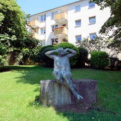 Bronzefigur - Kunst am Bau in Hamburg Heimfeld; Panflötenspieler, 1961, Ursula Querner.