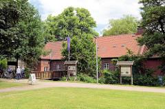 Glinder Mühle / Wassermühle an der Glinder Au - früher Fellmühle / Kupfermühle / Färbeholzmühle und ab 1868 Kornmühle. Die Glinder Mühle wurde im Jahre 1229 urkundlich erwähnt. Sie wurde im Jahre 1648 und dann wieder im Jahre 1850 neu aufgebaut. Jetz