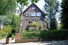 Zweistöckige Backsteinvilla mit Vorgarten - Eißendorfer Pferdeweg in Hamburg Heimfeld.