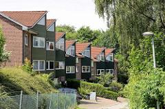 Wohnblock mit dreieckigen Dachgauben - Architektur in Wentorf bei Hamburg.